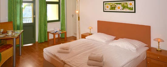 Die kleine aber edle Ferienwohnung ist das ideale Urlaubsdomizil für verliebte Pärchen, aber auch für reisefreudige Singles. Der Wohnraum ist mit einem komfortablen Boxspringbett ausgestattet.