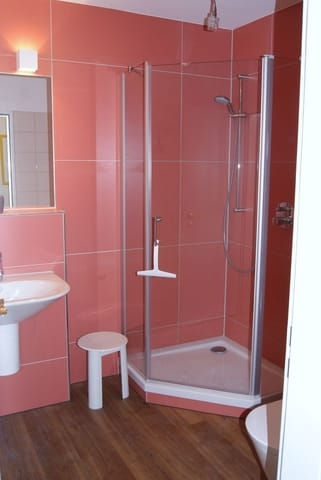 Das neu renovierte Bad mit Glasdusche