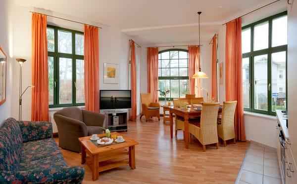 Das helle Zwei-Zimmer-Appartement ist mit seinen 60 Quadratmetern Wohnfläche großzügig geschnitten und bietet das passende Ambiente für den erholsamen Urlaub.
