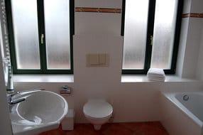 In dem großzügigen Badezimmer finden Sie neben einem WC auch eine Badewanne.