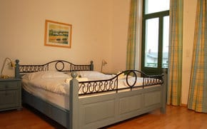 Das erste Schlafgemach ist mit einem komfortablen Doppelbett ausgestattet. Die Einrichtung ist in einem sanften blau gehalten . Das 2. Schlafzimmer ist mit einem weiteren Doppelbett ausgestattet.