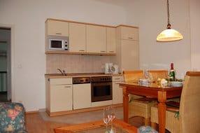 In den Wohnraum ist eine luxuriöse Küchenzeile integriert, die mit allem ausgestattet ist, was Sie für die Zubereitung Ihrer Lieblingsspeisen benötigen.