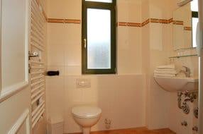 Das geräumige Badezimmer ist mit Dusche und WC ausgestattet – der frischen Ostseeluft können Sie jederzeit durch das Fenster Eintritt gewähren.