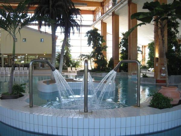 Erlebniswelt SPLASH  mit 1500 m² Badelandschaft, 80m Rutsche, Kinderbecken,Whirlpool, Innenbecken und saisonalem Außenbecken.Die ganze Familie findet für sich das Richtige zum Entspannen.