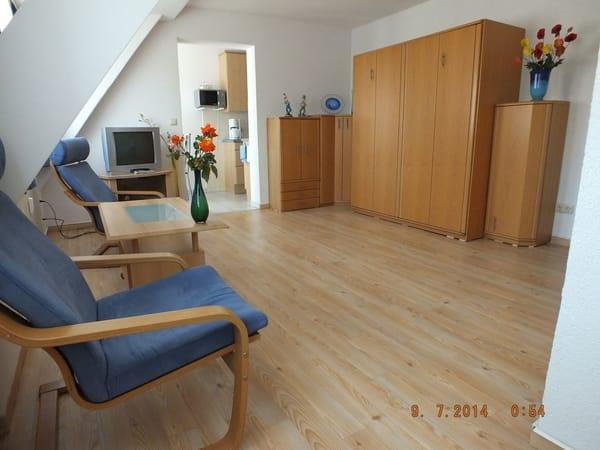 Der Wohnraum mit 2 bequemen Sesseln  und Kabel-TV, am Tag ein gemütliches Wohnzimmer.