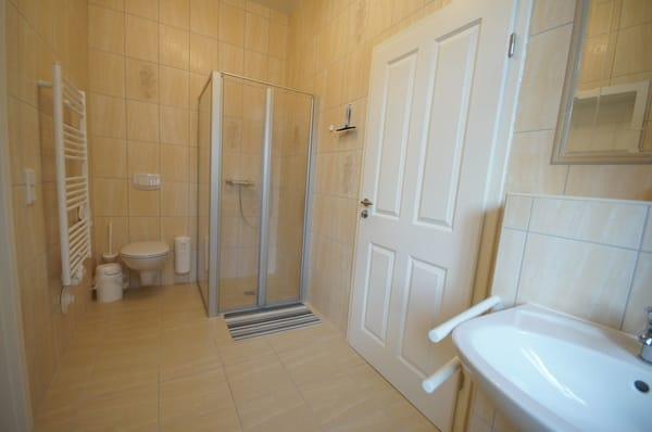 modernes Bad mit Dusche ebenerdig