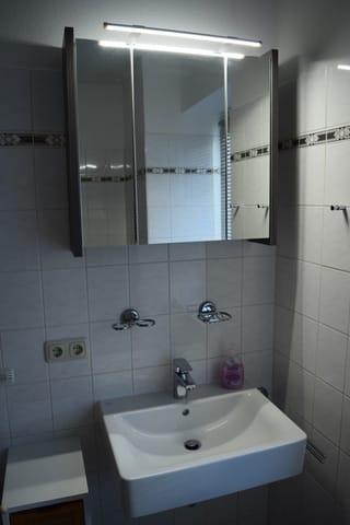 Bad großem Spiegelschrank. Dusche/WC auf der gegenüber liegenden Seite