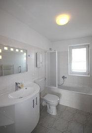 Tageslichtbad mit Badewanne/WC
