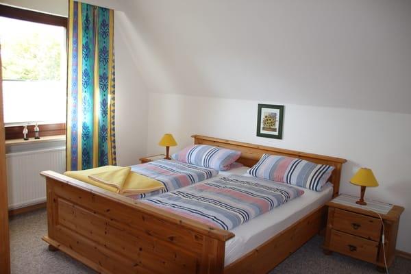 Schlaffzimmer mit Doppelbett
