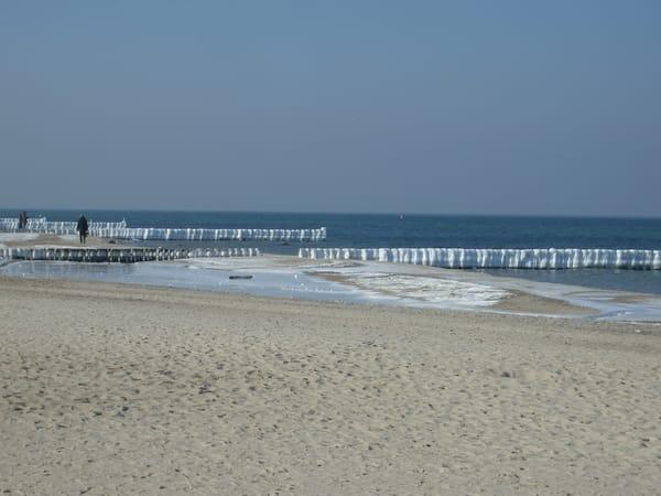Ein Strandspaziergang ist auch im Winter schön.