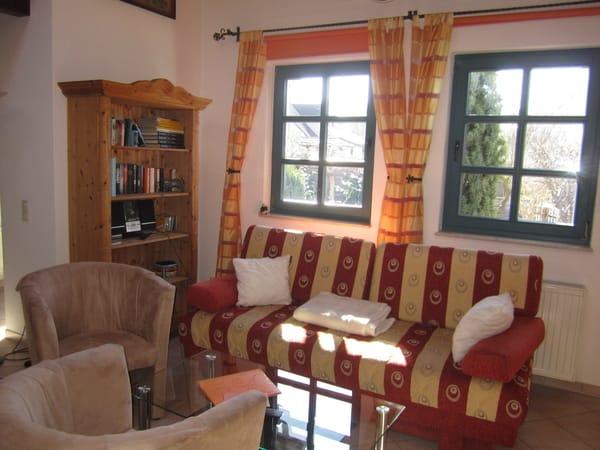 Sitzecke im Wohnraum mit Schlafcouch