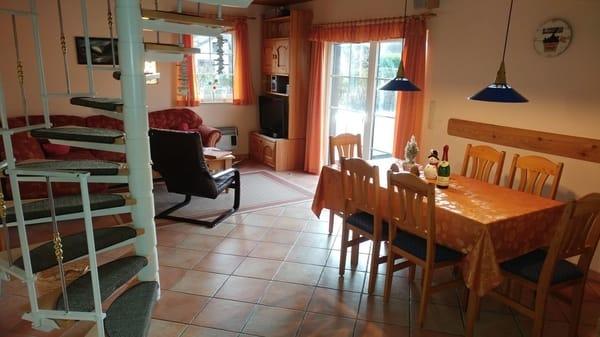 Wohnraum unten mit Sitz- und Essecke