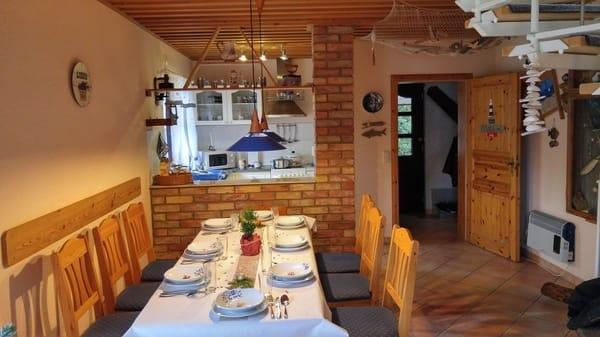 Essbereich mit Blick in Küchenzeile