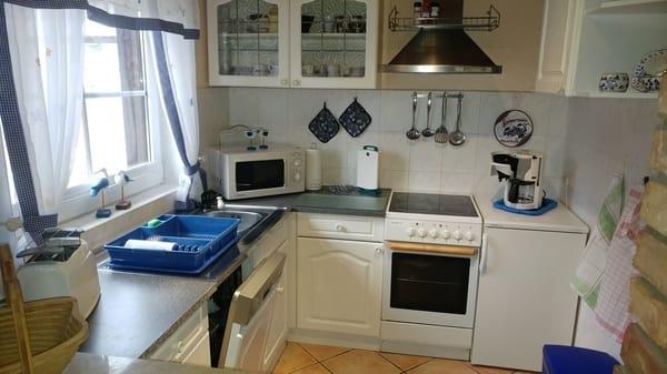 Küchenzeile mit Kühlschrank,Mikrowelle,Geschirrspüler,E-Herd.
