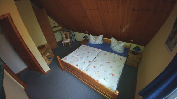 Schlafzimmer oben Nordseite Doppelbett 200cm x 180 cm.
