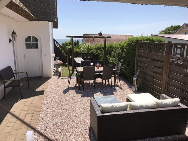 Fewo2 im OG/DG - separater Eingang und Gartenbereich mit Sitzgelegenheiten.