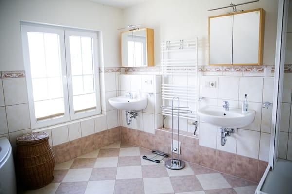 großes Bad mit Dusche, Wanne, WC und Fußbodenheizung