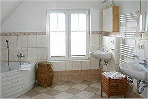 15 m² großes Badezimmer mit 2 Waschbecken, Eckwanne, Dusche und WC