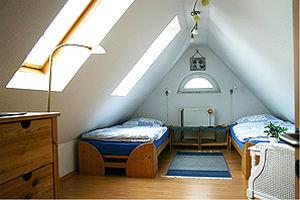 2. Schlafzimmer im Dachgeschoss (Betten auch zusammenschiebbar)
