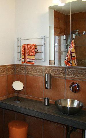 Waschtisch mit Designerbecken, Keuco Spiegelschrank und Handtuchwärmer