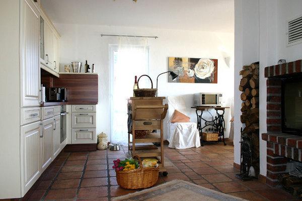 komplett ausgestattete Miele Küche mit Kamin