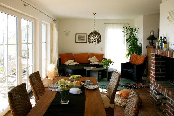 großzügiger Wohn-Essbereich mit Kamin