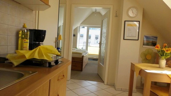 Blick von der Küche in den Wohn- und Schlafbereich