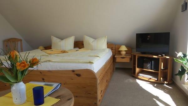 großes Doppelbett mit zertifiziertem Schlafsystem
