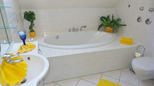 Vollbad mit Badewanne und Dusche