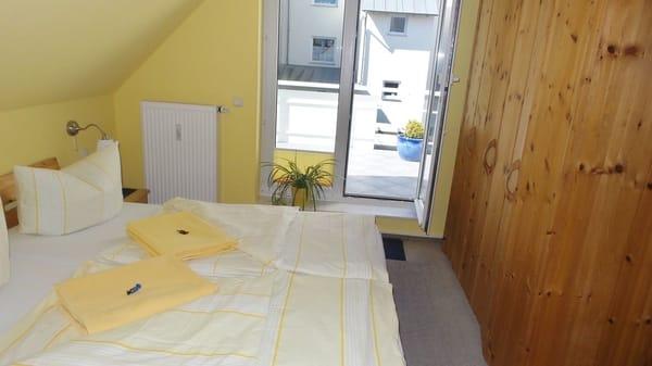 Schlafzimmer 2 mit Doppelbett und Balkon