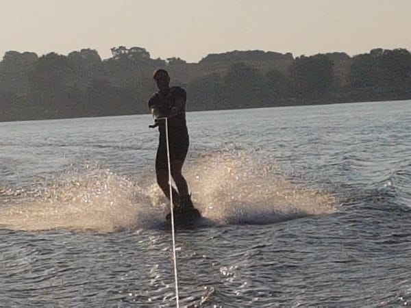Wakeboard in Lobbe mit Boot