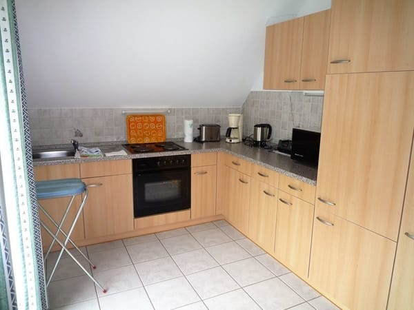 helle geräumige Küche mit Mikrowelle