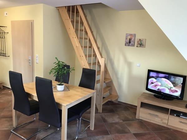 helles und geräumiges Wohnzimmer mit SAT-TV und großem Esstisch