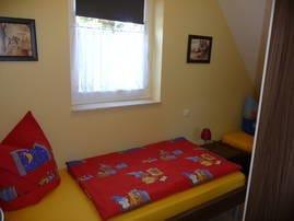 kleines Schlafzimmer mit 2 Einzelbetten und Kleiderschrank