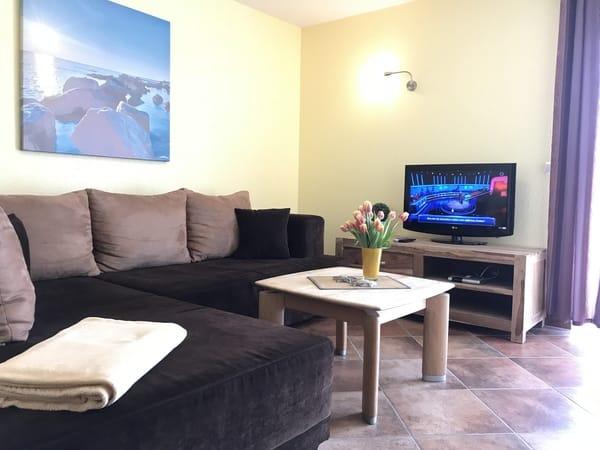 gemütliche XXL - Couch zum Relaxen mit SAT-TV