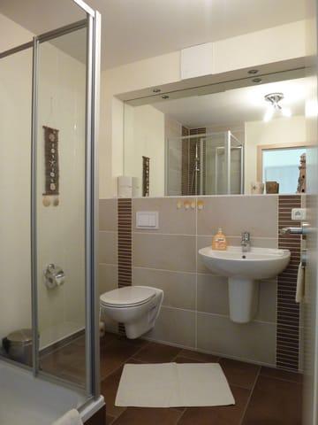 sehr schönes Badezimmer mit Dusche und Föhn