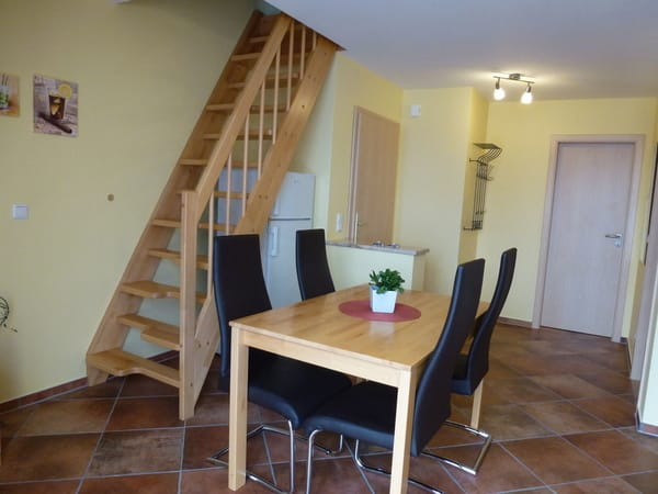 Essbereich für 4 - 6  Personen und Treppe ins Dachgeschoss