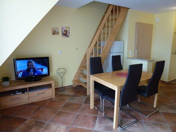 SAT-TV und Essbereich und Treppe