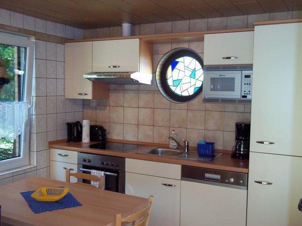 Einbauküche mit Kühlschrank,Spülmaschine,Mikrowelle,Kaffeemaschine,Toaster und Wasserkocher
