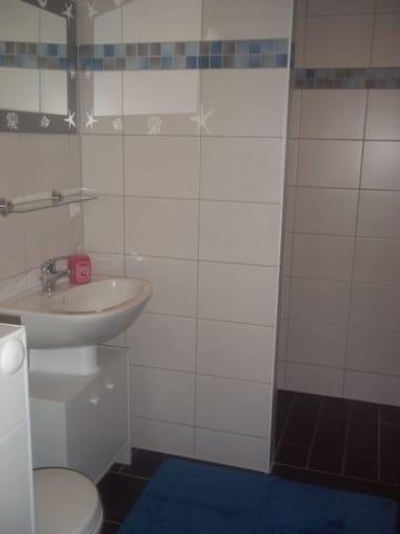 Kleines Bad mit Dusche,Waschbereich und WC