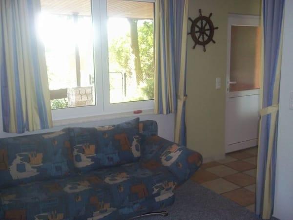 Wohnbereich mit ausklappbarer Schlafcouch