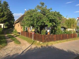 Haus-und Grundstücksansicht von der Straße