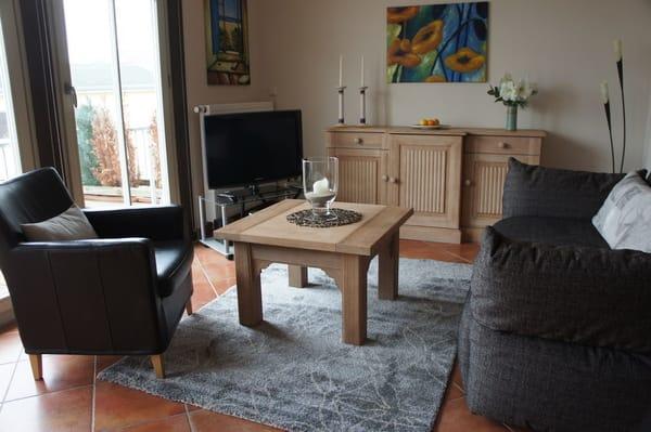 Wohnbereich mit Couch und LCD-TV mit Hifi-Anlage mit CD/DVD Player
