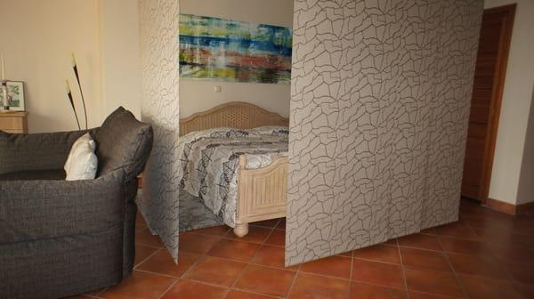 Schlafbereich mit Flächenvorhängen abtrennbar