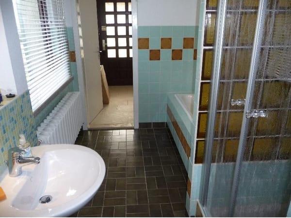 Retro-Bad mit Wanne und Dusce
