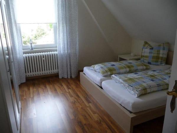 Schlafzimmer 1 mit zusätzlichem Kinderbettchen
