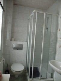 Bad mit WC, Dusche und WT