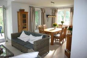 EG:  Wohn- Esszimmer, Terrasse, Diele, Küche, WC