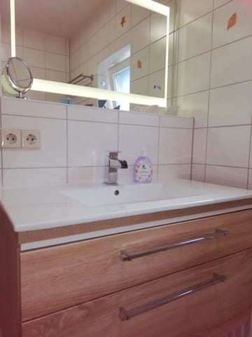Waschtisch mit großem LED-beleuchtetem Spiegel