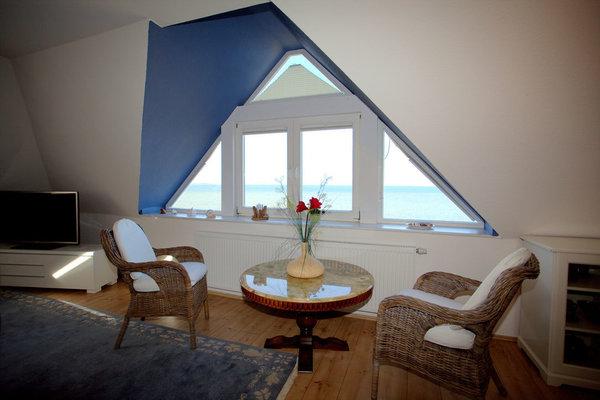 Wohnzimmer mit Panoramablick über das Wasser